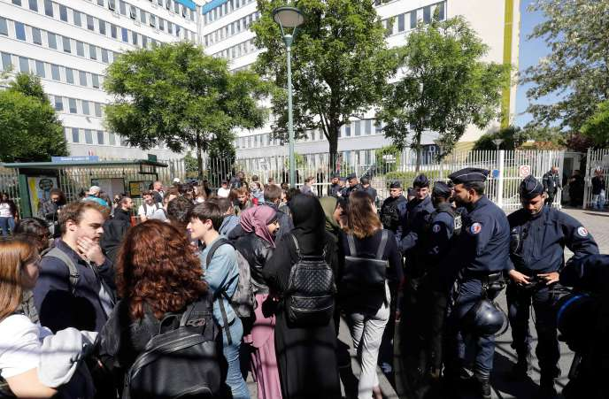 Devant la Maison des examens à Arcueil (Val-de-Marne), où les épreuves du vendredi 11 mai ont finalement été reportées.