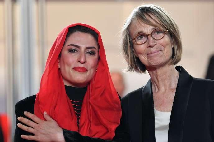 La ministre de la culture Françoise Nyssen avec l'actrice iranienneBehnaz Jafari (qui joue dans le film en compétition, « Trois visages», de Jafar Panahi) à Cannes, le 12 mai 2018.