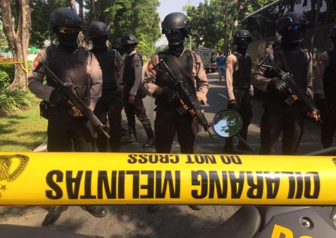 La police empêche l'accès à l'église catholique Santa Maria, endommagée par une explosion, à Surabaya, sur l'île de Java, le 13 mai.