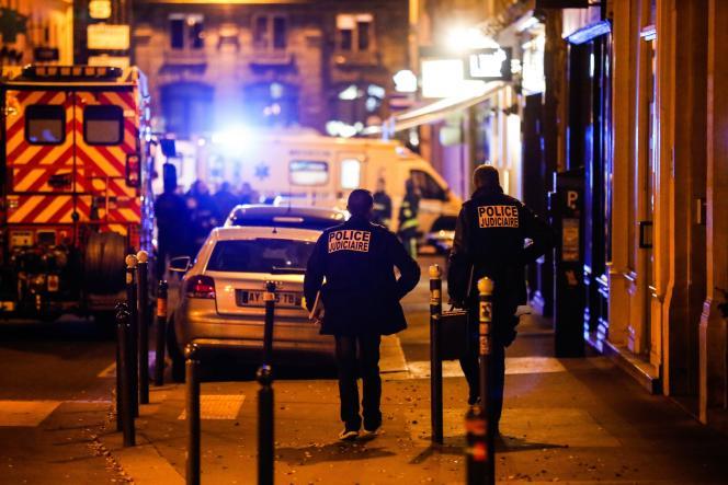 La police judiciaire sur les lieux de l'attentat au couteau, samedi12 mai, dans le 2earrondissement de Paris.
