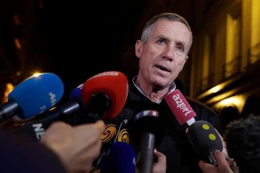 Le procureur de la République de Paris, François Molins, répond aux questions de la presse, près du lieu de l'attaque à Paris, dans la soirée du 12 mai.