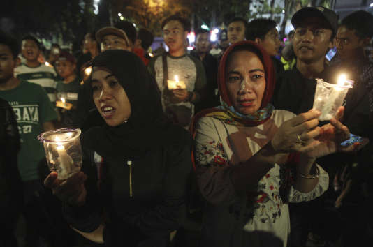 Dimanche 13 mai, des personnes organisent une veillées en l'hommage aux victimes de l'attentat, dans l'église de Surabaya, en Indonésie