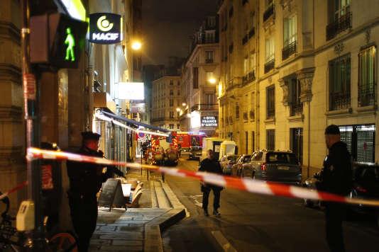 Des policiers protègent la scène de l'attaque au couteau à Paris, samedi12 mai, revendiquée par l'organisation Etat islamique (EI).