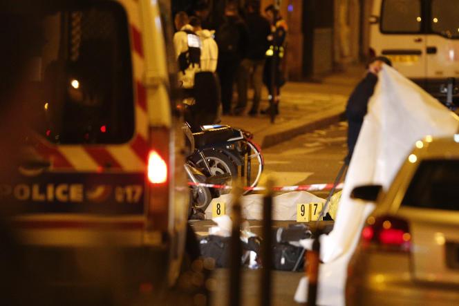 Un corps sous une couverture, après l'attaque au couteau faisant deux morts, dont l'assaillant, à Paris, le 12mai.