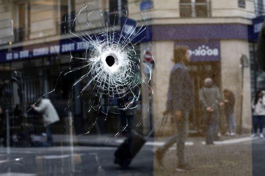 Un impact de balle, tirée par les policiers, lorsqu'ils ont abattu, l'auteur de l'attaque au couteau, samedi 12 mai, à Paris.