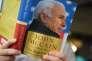 Un journaliste lit le dernier livre de John McCain, absent du Sénat à la suite d'uncancer du cerveau, à Washington, le 10 mai.