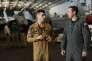 Discussion entre deux pilotes français (à g.) et américain sur le pont-hangar de l' « USS Bush », le 12 mai.