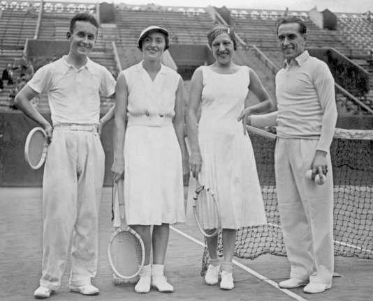 Photo datant des années 1930, montrant des joueurs de tennis français après une séance d'entraînement au stade Roland-Garros, de gauche à droite : André Merlin, Colette Rosembert, Suzanne Lenglen et Henri Cochet.