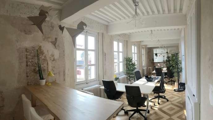 L'une des deux grandes salles de travail du Club Melchior Coworking, à Charly , une commune au milieu des vignes et des vergers, à une vingtaine de kilomètres de Lyon.