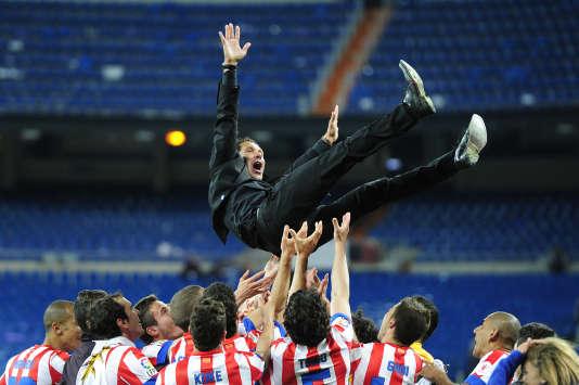 Diego Simeone porté en triomphe par ses joueurs en2013.