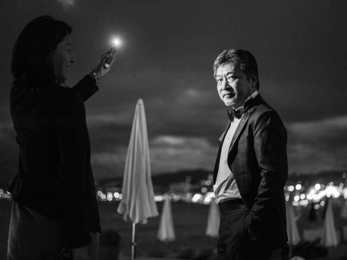 Hirokazu Kore-eda sur la plage du Martinez à Cannes, le 13 mai 2018.