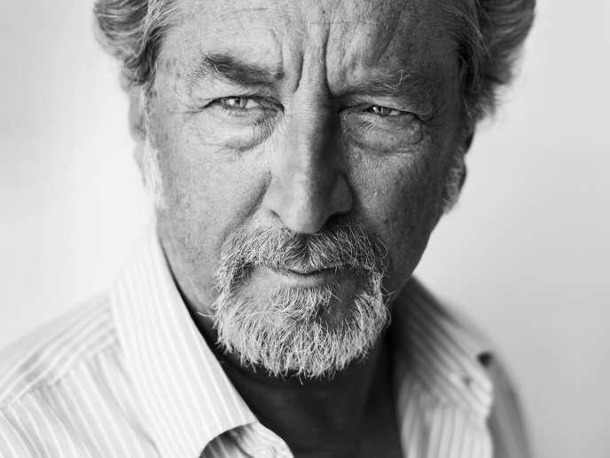 Robert Guédiguian, cinéaste et membre du jury, sur la plage du Majestic à Cannes, le 13 mai 2018.
