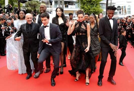 Gaspar Noé et l'équipe du film «Climax» sur le tapis rouge à Cannes, le 14mai.