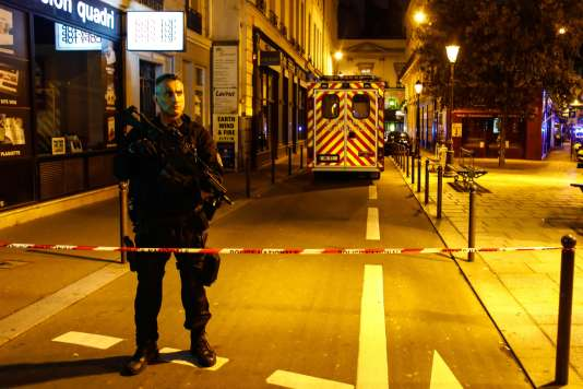 Sur les lieux de l'attentat au couteau de Khamzat Azimov, dans le 2e arrondissement de Paris, le 12 mai.