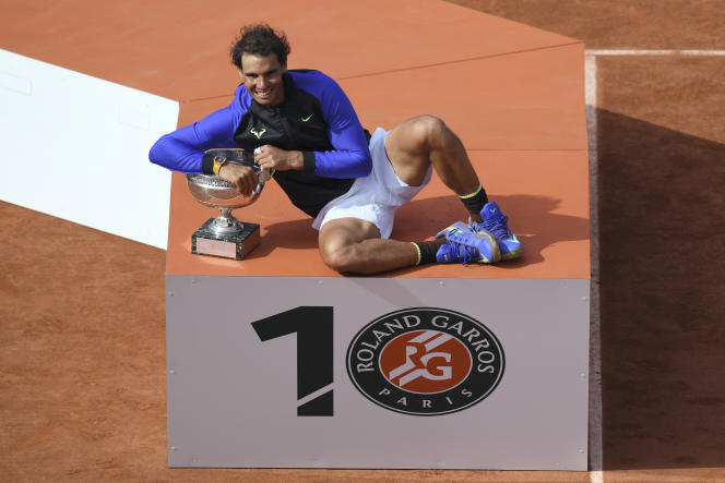 Rafael Nadal pose avec son trophée après avoir battu Stanilsas Wawrinka, le 11 juin 2017.