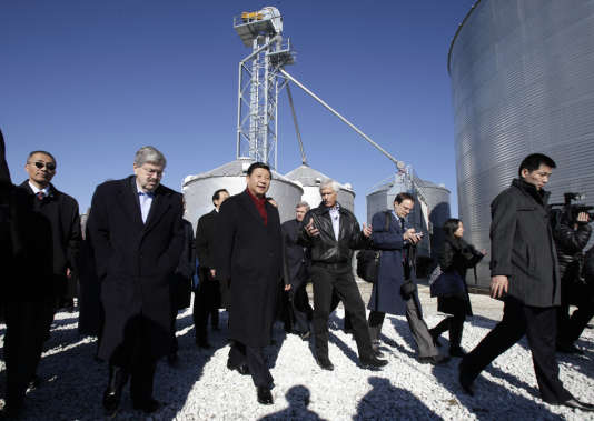 Xi Jinping, entouré du fermier Rick Kimberley (à droite) et du gouverneur de l'Iowa, Terry Branstad, le 16février2012, à Maxwell.