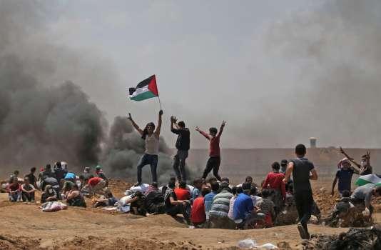 Des Palestiniens manifestent près de la frontière entre la bande de Gaza et Israël, à l'est de Jabalia, contre l'inauguration de l'ambassade américaine à Jérusalem, le 14mai 2018.
