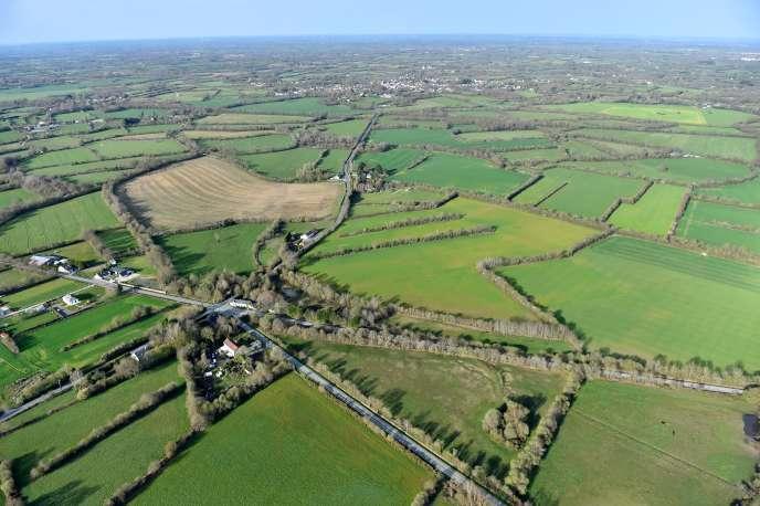 Vue aérienne de la route départementale 281 traversant la ZAD de Notre-Dame-des-Landes.