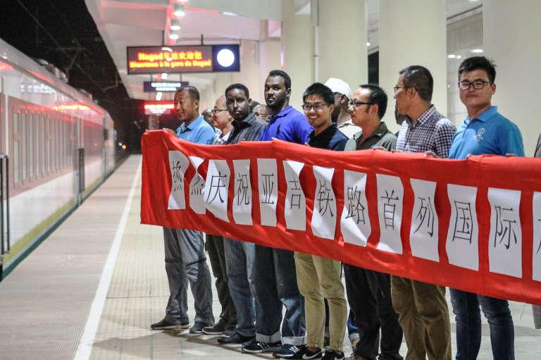 Comité d'accueil pour l'arrivée en gare de Djibouti, le 3 janvier 2018, du premier train commercial de la ligne de chemin de fer avec l'Ethiopie, réalisée par des entreprises chinoises et partiellement financée par la Banque chinoise d'import-export.
