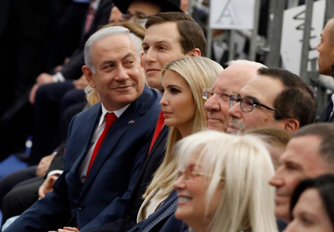 Le premier ministre israélien Benyamin Nétanyahou, le gendre et conseiller de Donald TrumpJared Kushner, et son épouse Ivanka Trump, le 14 mai à Jérusalem.