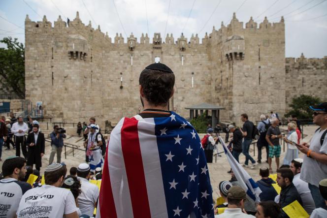 Le 13 mai, les sionistes religieux défilent devant la vieille ville de Jérusalem à l'occasion de la Journée de Jérusalem.
