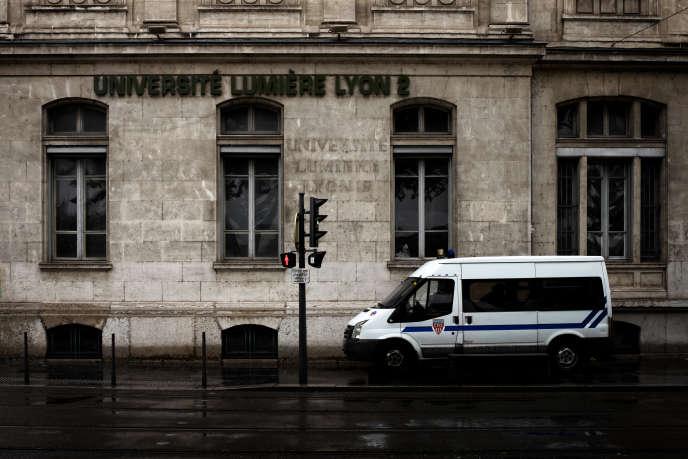 A Lyon-II, les examens ont été annulés lundi 14 mai en raison d'un blocage des bâtiments. / AFP PHOTO / JEFF PACHOUD