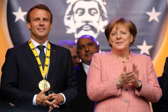 Emmanuel Macron et la chancelière allemande, Angela Merkel, lors de la remise du prix Charlemagne au président français, à Aix-la-Chapelle, en Allemagne, le 10 mai.