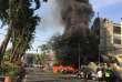 Incendie provoqué par l'explosion d'une bombe devant une église de la ville de Surabaya, le 13 mai.