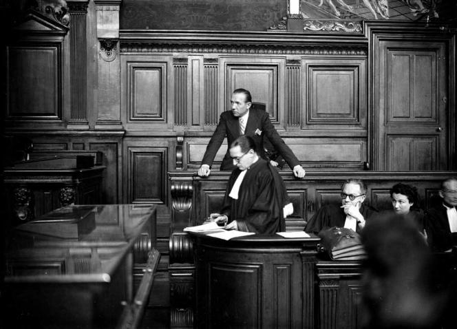 Procès du journaliste Jean Luchaire (debout, à l'arrière-plan), en janvier 1946. Il sera condamné à mort et fusillé.