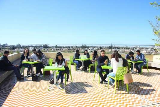 Des étudiants de l'Eigsi sur la terrasse du campus de Casablanca.