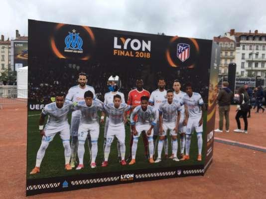 En pleine place Bellecour, un stand photo à l'effigie de l'Olympique de Marseille rappelle aux supporters lyonnais la cruelle affiche de la finale de Ligue Europa.