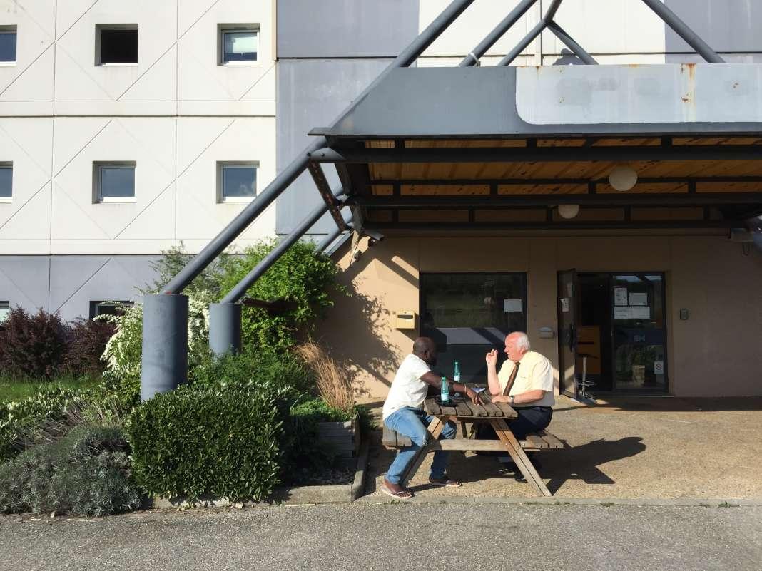 Cristiano en grande discussion avec le mairie de Chignin, Michel Ravier, devant l'ancien hôtel Formule 1.