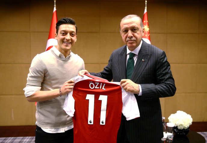 Mesut Ozil avec Recep Tayyip Erdogan, à Londres, le 13 mai.