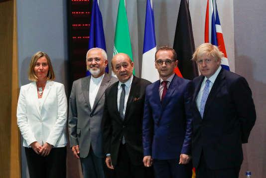De droite à gauche, le ministre britannique des affaires étrangères Boris Johnson, ses homologues allemand Heiko Maas et français Jean-Yves Le Drian, ainsi que la haute représentante de l'UE pour les affaires étrangères, Federica Mogherini, lors d'une réunion avec Mohammad Javad Zarif à Bruxelles, le 15mai 2018.