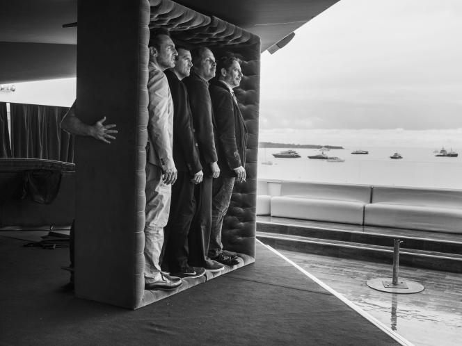 De gauche à droite : Gilles Lellouche, Guillaume Canet, Philippe Katerine et Mathieu Amalric sur la terrasse de l'hôtel Marriott à Cannes, le 14 mai 2018.