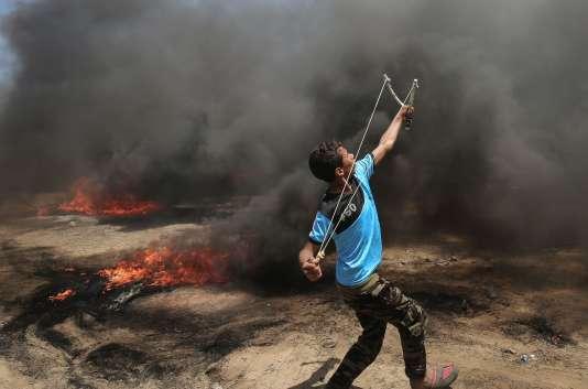 Lors des affrontements entre les soldats d'Israël et des manifestants palestiniens, à Khan Younès, dans le sud de la bande de Gaza, le 14mai.