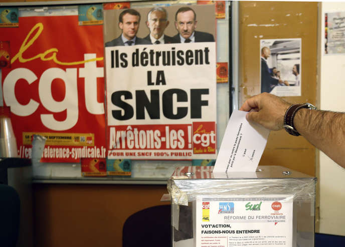 Un cheminot vote lors de la consultation syndicale à Marseille le 15 mai.
