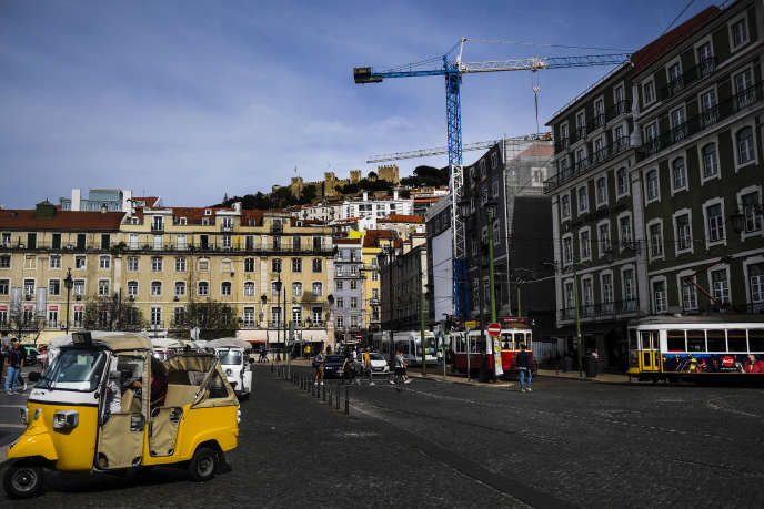 Sur la Praça da Figueira (« place du figuier »), dans le centre-ville de Lisbonne, le 19 avril.