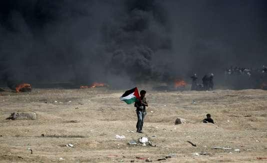 Un Palestinien lors de la meurtrière confrontation avec l'armée israélienne près de la frontière entre la bande de Gaza et Israël, le 14 mai 2018.