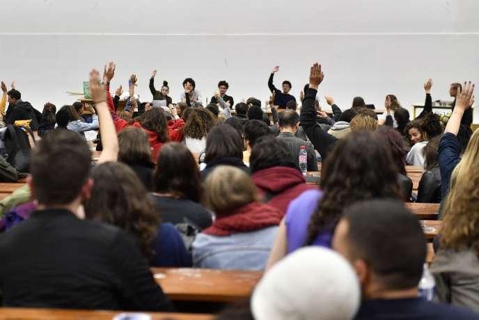 Les étudiants votent durant une assemblée générale à l'université de Nanterre mardi 15 mai.