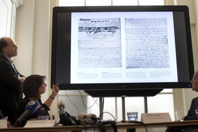 Les chercheurs ont utilisé un logiciel de traitement de l'image pour déchiffrer les mots recouverts de papier kraft.
