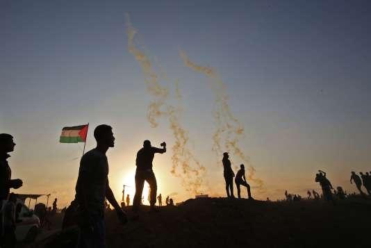 Des manifestants palestiniens ont de nouveau manifesté mardi 15 mai près de la frontière entre la bande de Gaza et Israël.