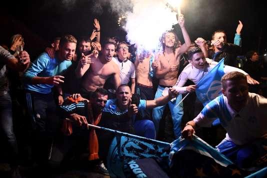 Des supporteurs de l'Olympique de Marseille regardent devant un café le match Marseille-Salzbourg, à Marseille, le 3 mai.