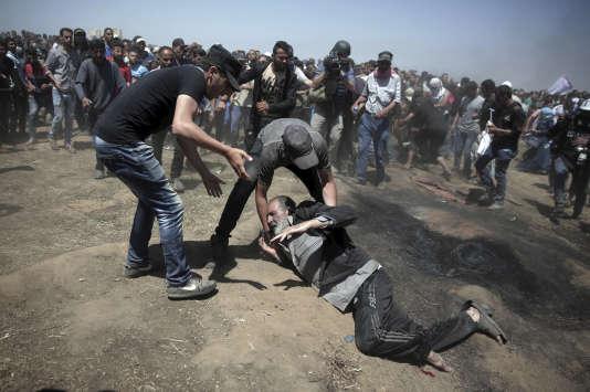 Un homme âgé s'écroule atteint par une balle tirée par des soldats israéliens, à l'est de Khan Younès, près de la frontière avec Israël, le 14 mai.