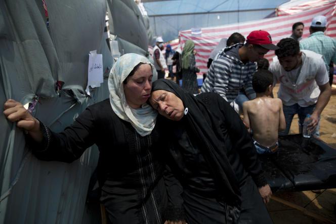 Des femmes palestiniennes atteintes par les gaz lacrymogènes se reposent sous la tente d'un dispensaire près de Beit Lahiya, bande de Gaza, le 14 mai.