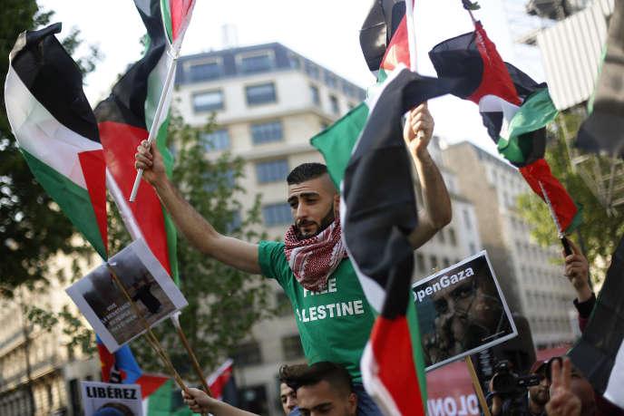 Plusieurs centaines de personnes ont manifesté le 16 mai dans différentes villes françaises, ici à Paris, place du Trocadéro.