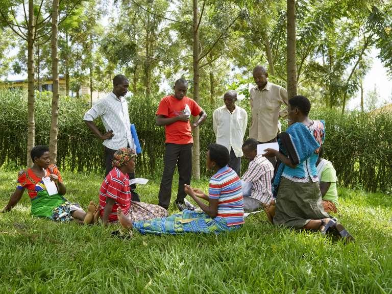 Hommes et femmes participent aux formations du Rwamrec visant à« éradiquer» les violences basées sur le genre.