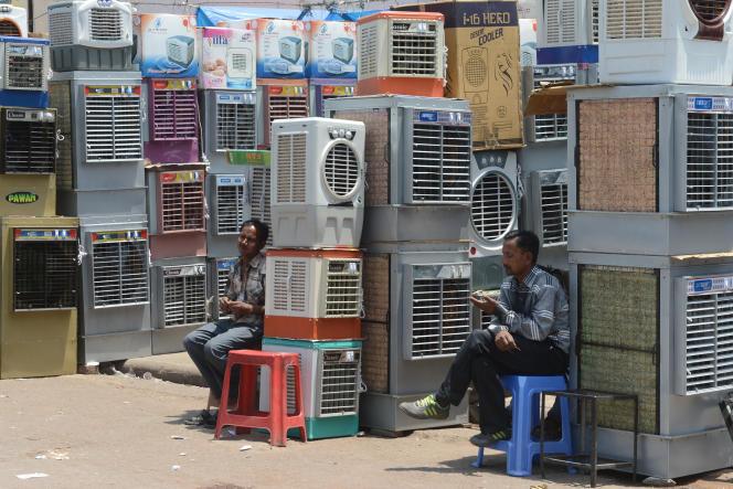Des vendeurs de climatiseurs à New Delhi, en Inde, en avril 2014.