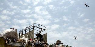 Un employé décharge un camion d'ordures dans une des déchetteries de Pune.
