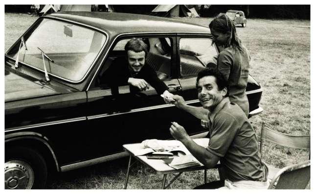 Gérard Dijoux, alors trésorier de la fédération de Vô Vietnam, tient la caisse lors d'un rassemblement de pratiquants en 1973 à La Faute-sur-Mer. À côté de lui, Marianne Fabre du MLF, et, dans la voiture, Philippe Bertec, qui créera plus tard sa propre école.